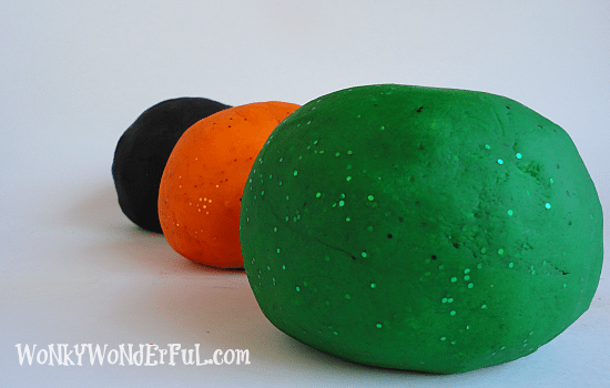 DIY #Halloween #Playdough - wonkywonderful.com