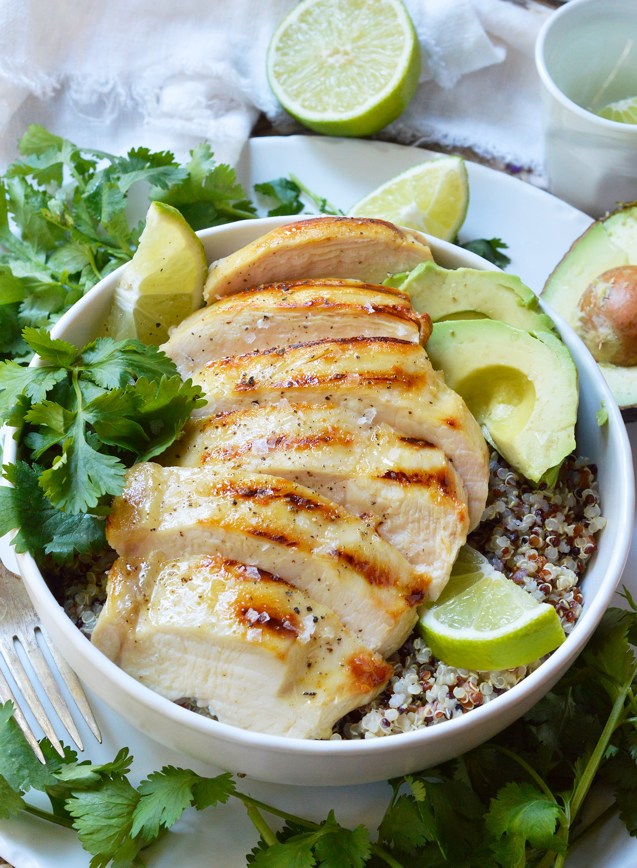 Perfect for those New Year's resolutions, this Tequila Lime Chicken Quinoa Bowl is healthy, nutritious, satisfying and tasty! Made with simple and natural ingredients this recipe is great for lunch or dinner.